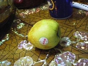名前の分からない果物。6−3曰く、梨っぽい味。