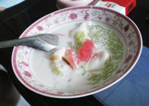 タピオカとゼリー、食パン入りのココナッツミルク。デザートです。