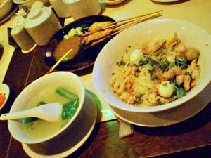 ビーフンの左横は肉のだしが物凄いスープ