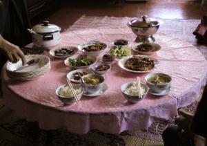 お祝いの日のお料理。まだこれからダポウと云うサフランライスのバター炒め・鶏肉のグリル(?)添えがテーブルに並ぶ