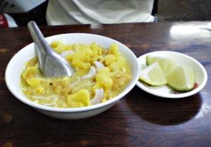 具の少ないモヒンガー(米の細麺になまずのスープをかけたもの)。横の小皿はライム。好みでかける。