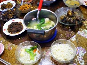 米麺の野菜スープがけ。横は鶏の揚げたもの。
