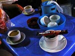 珈琲を頼むと、お湯の入ったカップの上にコーヒーミックスと云うコーヒー・砂糖・ミルクが一緒になった小袋がのったものが出される。自分でお湯に溶いて飲む。甘い。