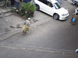 鳥屋さん。功徳を積む為にお金を払って鳥を放す。