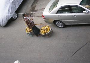 バナナ売り。八百屋さんもそうだが、声をあげて売り歩く。