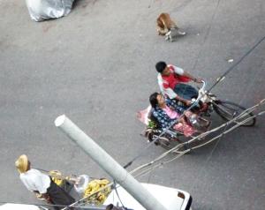 サイカ(人力車、サイドカーの意)とバナナ売りと野良犬