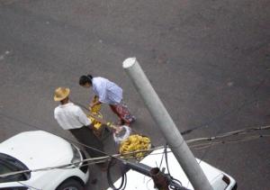 バナナを買う女の子