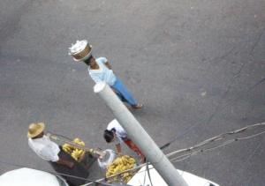 バナナ屋さんの前を通り過ぎる、ペービョー(塩煮豆)売りの女性