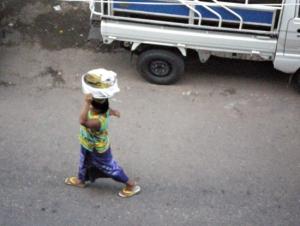 「ペービョー、ペービョー(塩煮豆ー、塩煮豆ー)」と声をあげながら売り歩く。ミャンマーに来ておいらが一番最初に覚えた言葉。
