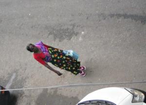 はっとする色あわせの着物の女性