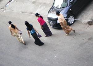 皆、上下の色合わせが素敵。ミャンマーの女性はロングヘアーの人が圧倒的に多い様です。