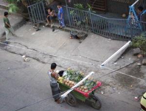 パイナップル売りと、路地で遊ぶ子供