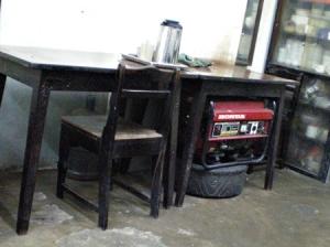 お茶屋さんにあった発電機。以前停電していた時は使っていた様。今は停電しないので出番が無いのが見てとれる。(埃をかぶっていた)
