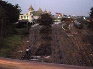 ヤンゴンの駅。線路の上を人が歩いている。