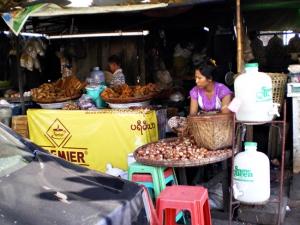 揚げドーナツ屋さん。女性の手前のざるは玉葱だと思う。ミャンマーの野菜は日本で見かけるものよりも大概小さい。