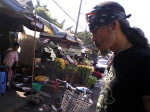 この後コーンを吐き出す。ミャンマーで路の端や壁の下方が赤いのは、吐き出したコーンの色。