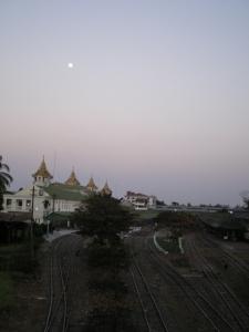 月とヤンゴン駅