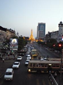 スーレーパヤー(お寺)が望める歩道橋から。交通量と交通ルールが比例していない様で、バスの突っ切り方も凄い。
