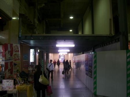 阪急百貨店うめだ本店前のコンコース