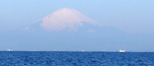 相模湾から望む富士山