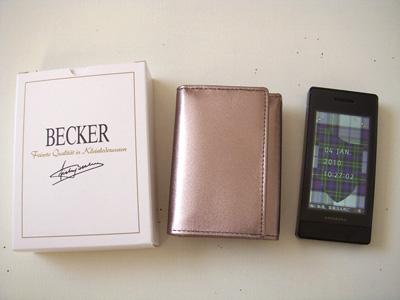 c8e4eb452f72 おさいふ変えました. 対比 去年の年末ぎりぎりに、お財布をベッカー社の極小財布に変えました。 色はメタリックのピューター。