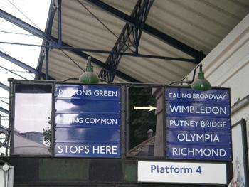 アールズコート駅の看板