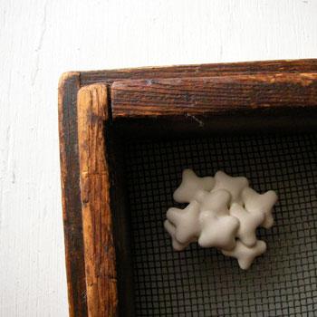 陶器のブローチ