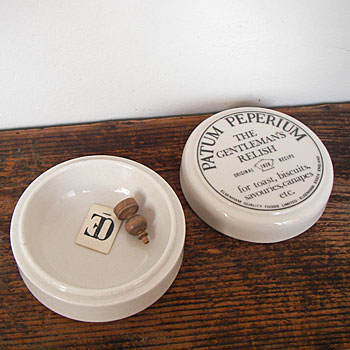 ジョン・オズボーン によって発明された ペースト名「Patum Peperium」