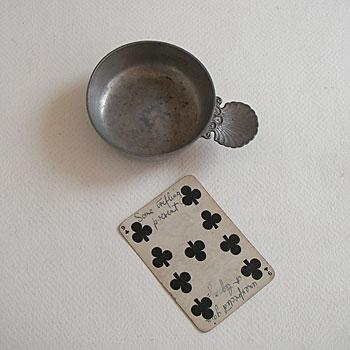 ワインのティスティングカップとして使われていたフランス製のビンテージピューターです。 装飾されたシェル型のハンドルが指になじみます。フランスピューター