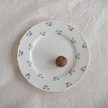 1815年設立のイギリスの陶磁器メーカー「ロイヤルドルトン」の1950年代のケーキプレートです。今もなお、スタイリッシュなデザインを生み続けている老舗メーカーであり、50年代のものも愛らしく、食卓を楽しく飾れます。