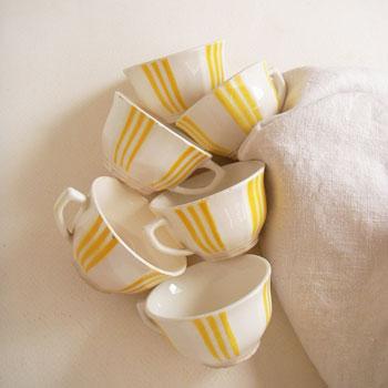 カフェオーレボールの代表的なメーカーでもあるフランスのDIGOINのコーヒーカップ。職人によるフリーハンドの濃淡のあるストライプが魅力です。さりげなく10角形の側面や高台のデザイン、裏面のロゴなどフランスらしさが感じられます。