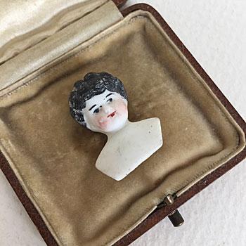 イギリスで見つけた磁器のヘッドドールです。親指ほどの小さなサイズで、ふっくらとしたかわいらしい顔立ちをしています。どんな衣装をみにつけていたのか想像しながら、古い時代のヘッドドールを楽しんでください。