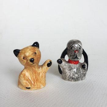 1950年代からからはじまったBBC の人気テレビ番組「The Sooty Show」の黒耳のパペットベアのスーティーと犬のスウィープのポッタリーをペア  antique sooty&sweep