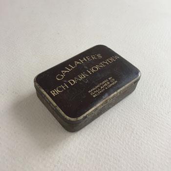 1857年設立のgallaher社のタバコがはいっていたティン
