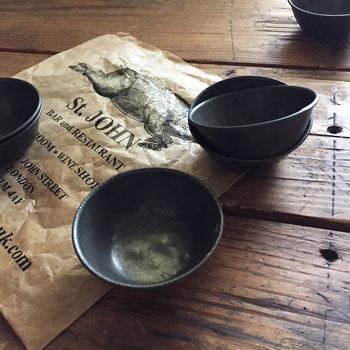 お菓子作りに使われていた型もの。長年使い込まれた風格があります。キッチンで並べるだけでも映えるアイテムです。vintage tin baking tin