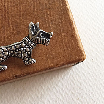 antique dog brooch シュナウザー犬がモチーフになった愛らしいビンテージブローチ。 埋め込まれたラインストーンが上品な輝きをみせてくれ、かわいらしくもあり、大人っぽさも演出できるブローチです。