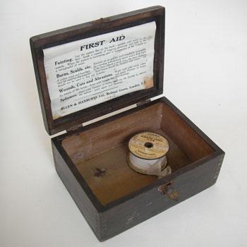 1715年〜1954年まで続いた薬品メーカー  Allen & Hanburys 社の木製のFIRST AID(救急箱)です。  フタの裏側には、症状にあわせて応急処置が記載されたラベルが残っており、  留め金具にも小さくイギリス製の文字が刻まれています。  救急箱としてはもちろん、裁縫箱や小物の収納にもむきます。