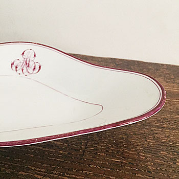 イギリスで見つけたアンティークラヴィエ(菱形のお皿 )。主にオードブルなどに使われていたもの。フリーハンドで描かれたワインレッドの美しいイニシャルやラインが魅力です。
