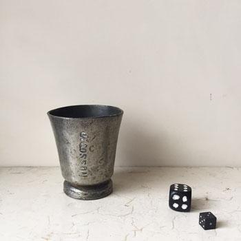 使い込まれて、深みが増したアイアンのカップ。正面には名前(?)が刻まれ、味わい深い表情をみせています。アンティークピューターカップ
