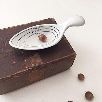 アンティーク陶器のメジャーカップ