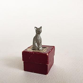 鉄製の小さなねこのおきもの。小さいながら毛並みや表情までもよく表現されています。ねこ好きな方への贈り物としても喜ばれそうです