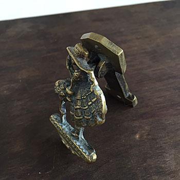 真鍮の不思議の国のアリスがモチーフになったアンティークドアノッカー