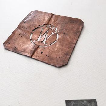 アンティーク刺繍用のモノグラムのステンシルプレート