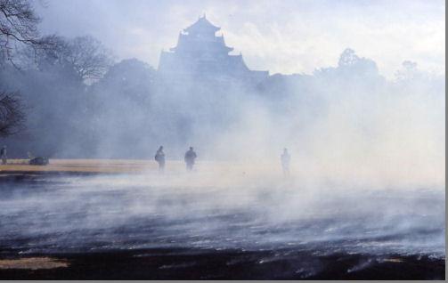 煙にかすむ岡山城