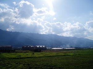 11月 「シェ・サガラ」の店先から、耳納連山を望む