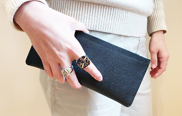 Aetaの長財布 女性が持った時のサイズ.jpg