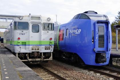 川端駅でスーパーおおぞらの通過待ち_171021.jpg