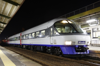 ニセコエクスプレス_171029 余市駅夜.jpg