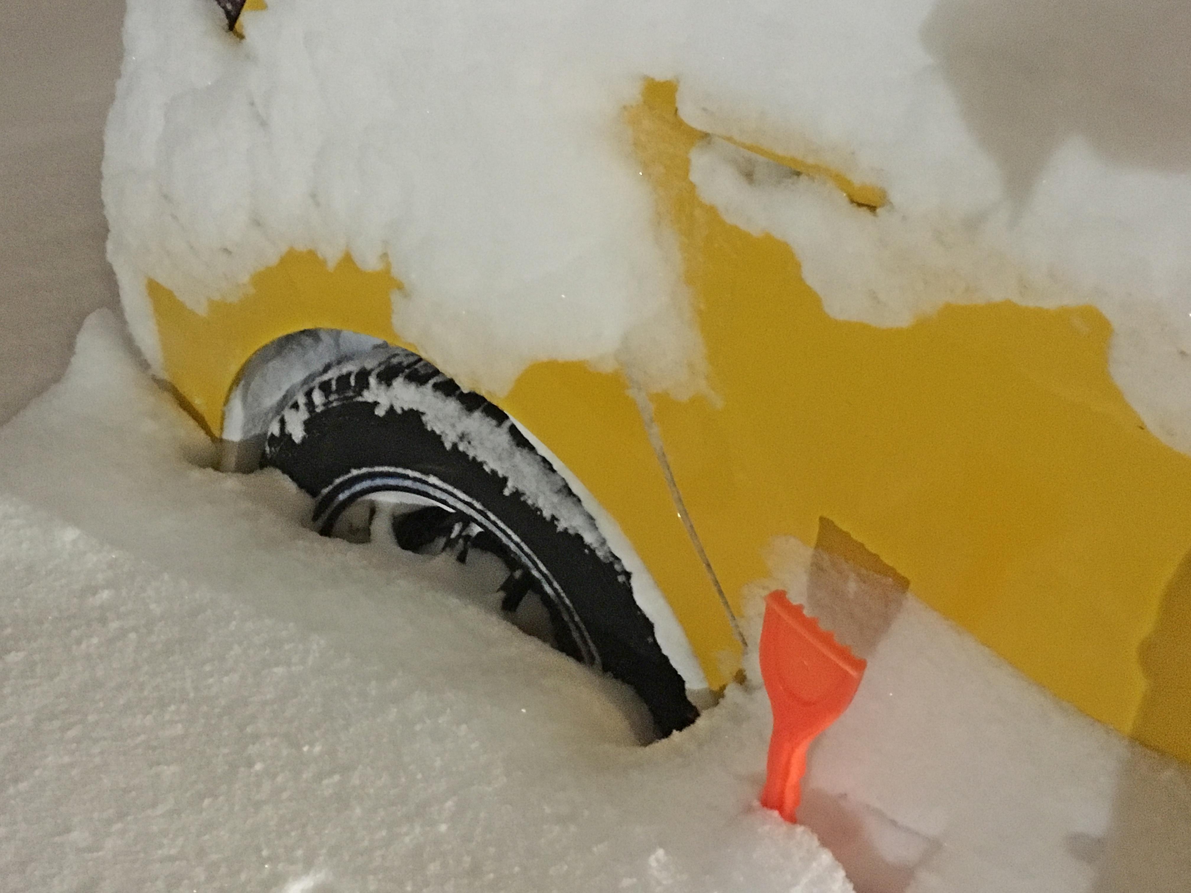 Prius C 大雪 右タイヤアップ_180208.JPG