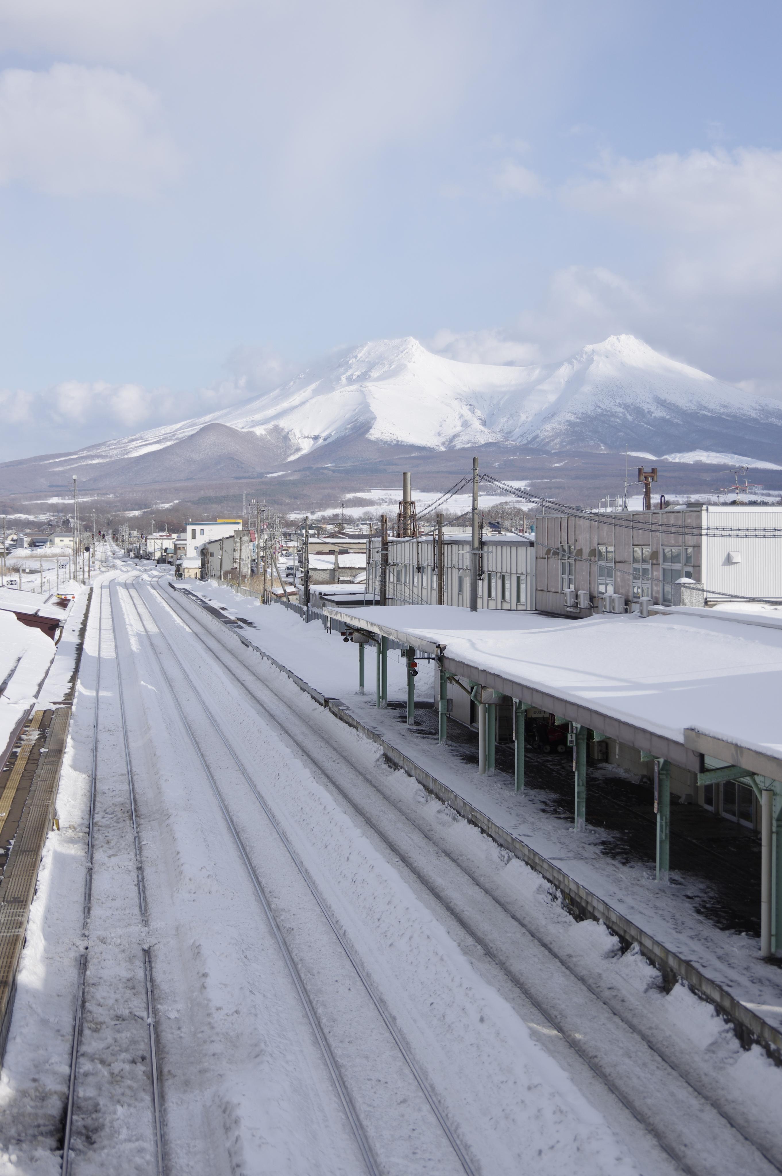 森駅 with 駒ケ岳.jpg